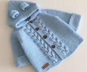 Cárdigan con capucha y trenzado para bebé